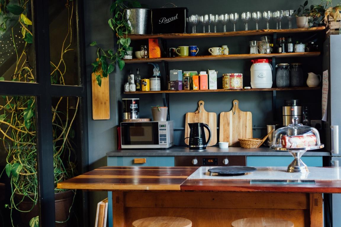Wystrój kuchni – jak ozdobić otwarte półki?